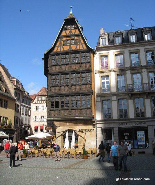 Touristique mais charmante, la Place de la cathédrale de Strasbourg est un méli-mélo de maisons anciennes, de restos, d'hôtels et de boutiques. https://www.lawlessfrench.com/reading/strasbourg-cathedral-2/