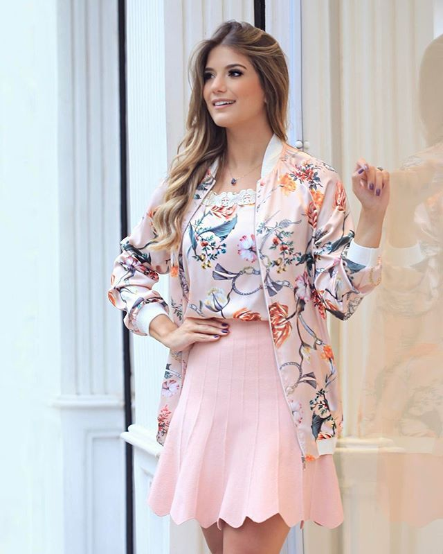 Look @ellendetoi  Com uma das peças queridinhas da próxima estação, a jaqueta Bomber! Ela é agrega muito estilo para qualquer look, e promete invadir as vitrines meninas.. Que tal um look mais delicadinho de saia e regata de seda?  Eu amei!
