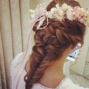 フィッシュボーン×お花で作る可愛い髪型アレンジ♡ロングヘアさんのミニドレスに似合うラプンツェル・ダウンの髪型の参考♡