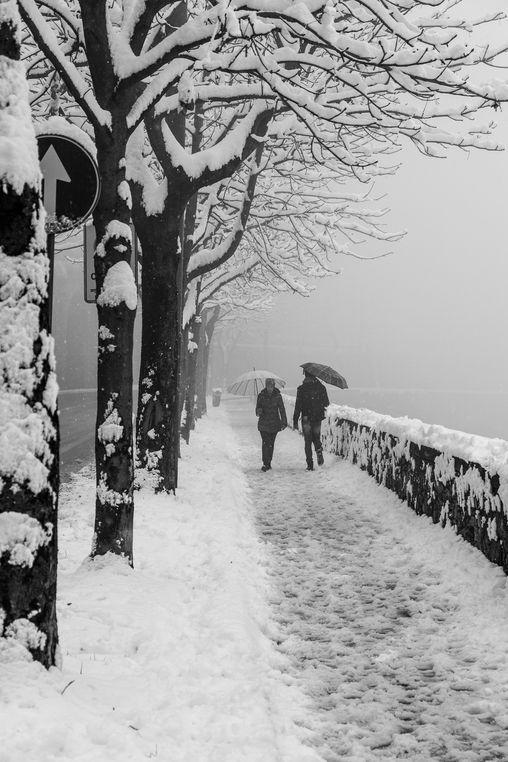 Contro senso. Passeggiata sulle mura con la neve - foto di Andrea Crupi --- Questa fotografia partecipa al Concorso Fotografico Bergamo, per votarla condividila dalla pagina Facebook http://on.fb.me/1bfzk4E (la trovi tra i post di altri) e carica anche tu le tue foto su www.orobie.it per partecipare al concorso!