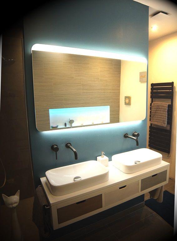 eclairage miroir salle de bain lapeyre Salle de bain moderne avec meuble suspendu double vasques semi-encastrées, miroir  lapeyre éclairage led et dégivrant, robinets encastrés et fenêtre.