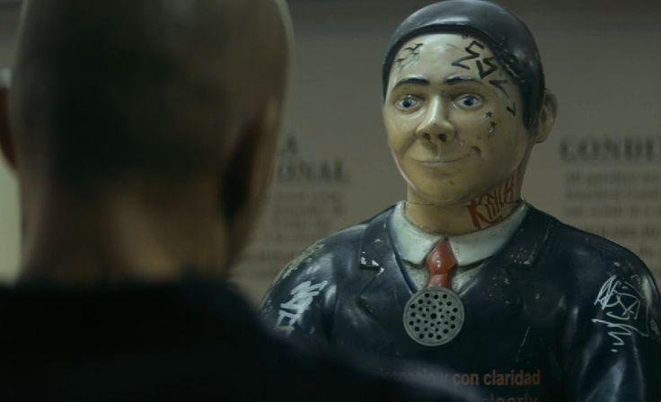 As relações humanas também são abordadas,os homens se transformaram em robôs ou os robôs em humanos ? Em algumas cenas os rôbos já conseguem ter e sentir os mesmo sentimentos que o ser humano.