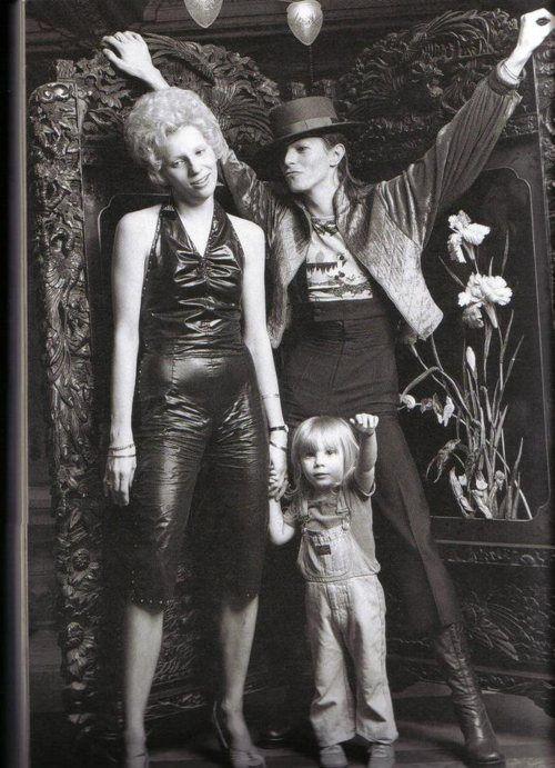 Angela, Duncan Jones e David Bowie. Já ouviu a música que Bowie fez para o filho? Clique aqui.