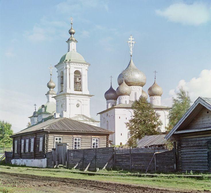 Богоявленская (слева) и Успенская (справа) церкви в Белозёрске Вологодской области. 1909 год Фот. Прокудин-Горский С. М.