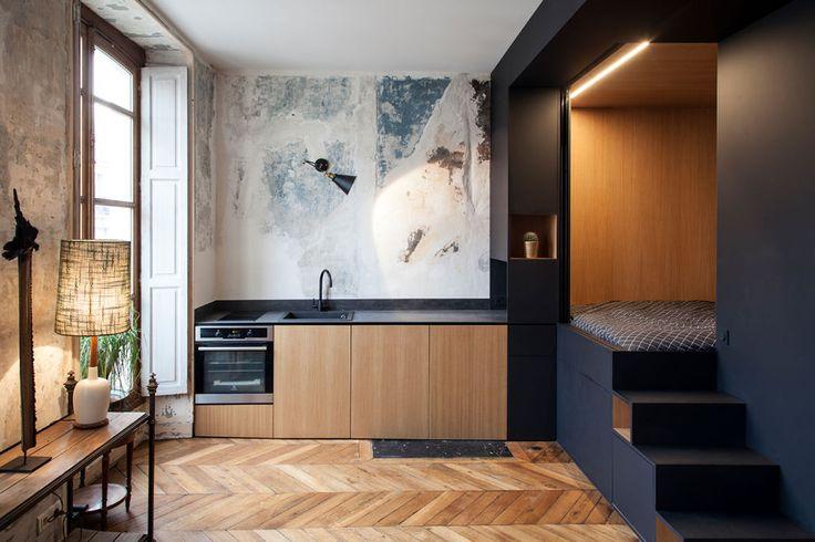 Rohe Wände mit Patina, hohe Decke mit Zierleiste, Holzparkett – und ein eleganter Raum im Raum. Das französische Interiorstudio Batiik bereicherte ein kleines Apartment in Paris um eine kreative Lösung.
