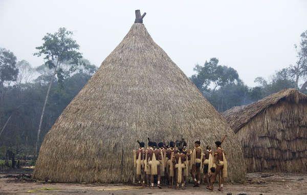 Homens Enawenê Nawê realizam o ritual do Yãkwa, um intercâmbio de quatro meses de duração dos alimentos entre os seres humanos e espíritos.