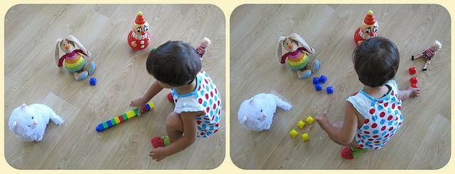 """Кормим игрушки разноцветными кубиками - """"конфетами"""" (""""Кукла любит красные конфеты, а заяц - синие"""")."""