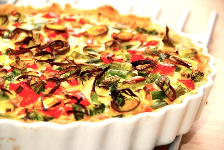 Opskrift på en god grøntsagstærte, der er lavet helt uden kød. Grøntsagstærten fyldes i stedet med blandt andet broccoli og asparges.