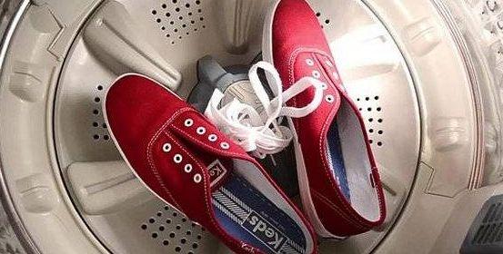 lavare scarpe da ginnasticaPrima di mettere le scarpe nel cestello eliminiamo le tracce di sporco secco e di terra. Se necessario passiamole sotto l'acqua e scuotiamo per rimuovere sassolini o altro dalle suole, così eviteremo di danneggiare la lavatrice. Mettiamo le scarpe in una vecchia federa di un cuscino se non abbiamo il sacchetto per le scarpe. Altro consiglio è di aggiungere vecchi stracci durante il lavaggio.