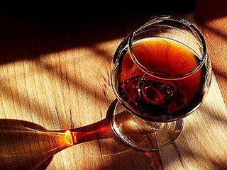 Амаретто - 1 стакана водки или коньяка; - 1 стакана сахара; - 1 стакана воды; - 2-х столовых ложек экстракта миндаля; - 2-х чайных ложек ванильного экстракта.