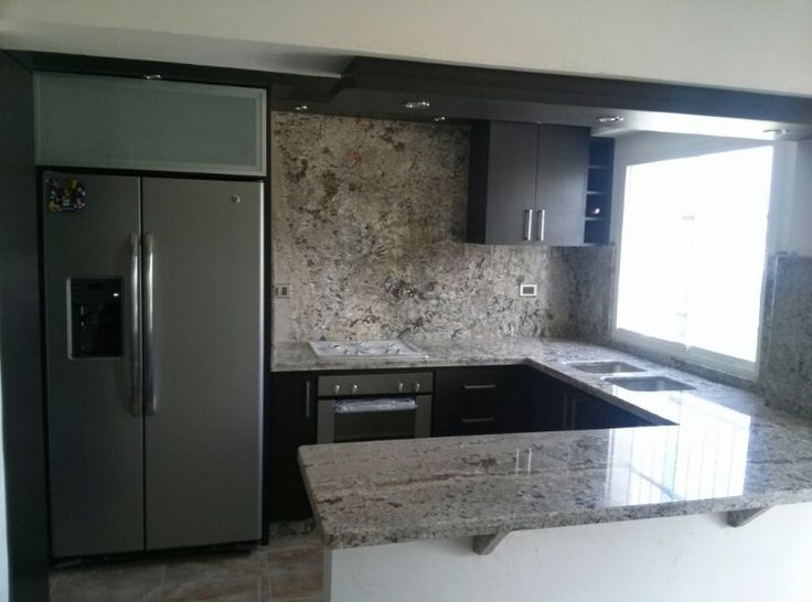Hermosa cocina color wengu con tope de granito color for Marmol gris y blanco