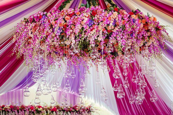 decoration wedding tent, mauve decor, burgundy decor, chandelier in the tent