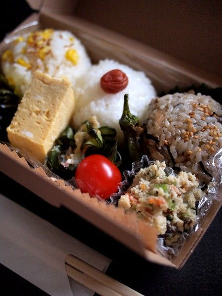 Traditional Japanese Onigiri Rice Balls Bento Lunch.|弁当