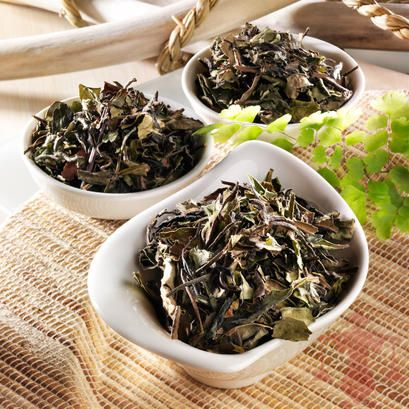 Erlebe die Spitzenqualität beim Genuss dieses Tees. Ein edler Weißer Tee aus China mit zarten, silbergrauen Blättern.