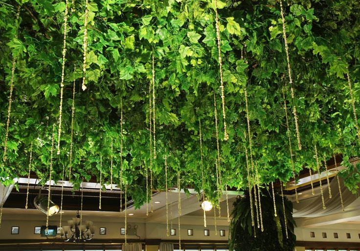 Dekorasi daun-daun hijau pada plafon