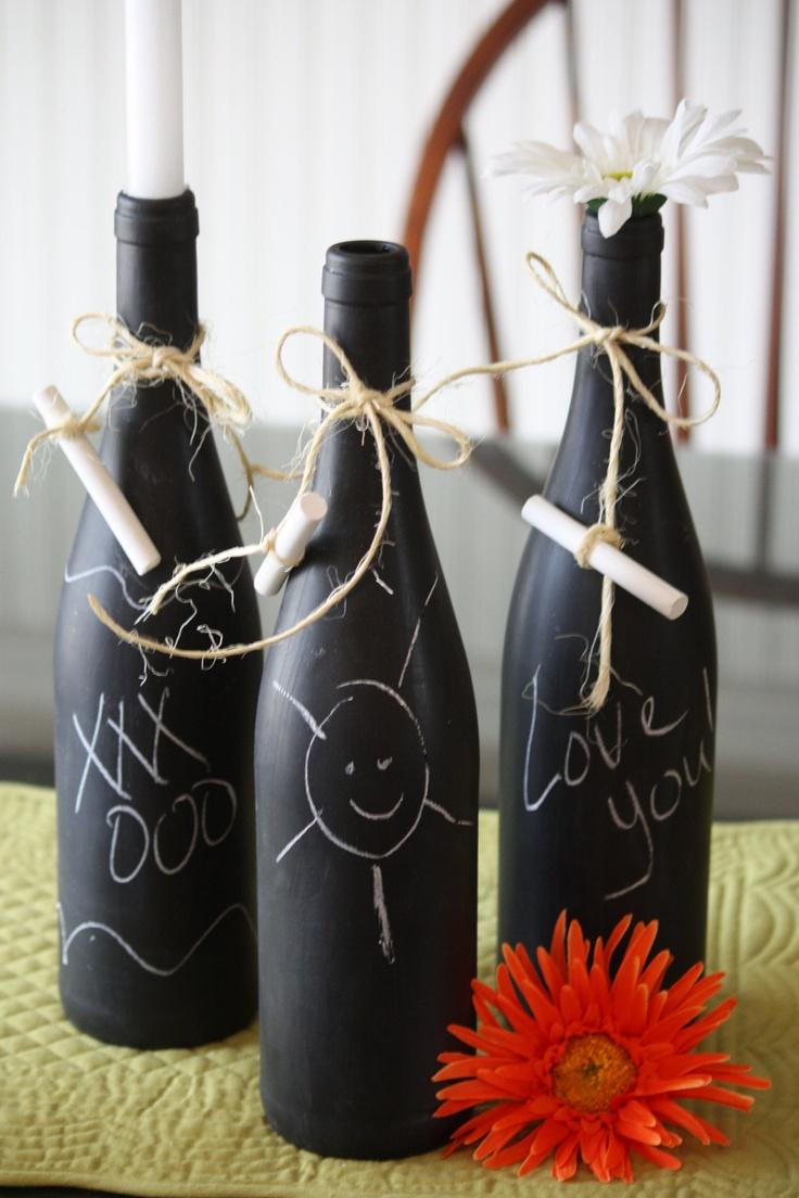 Wijnfles gedecoreerd met krijtbordverf. Leuk voor Moederdag!