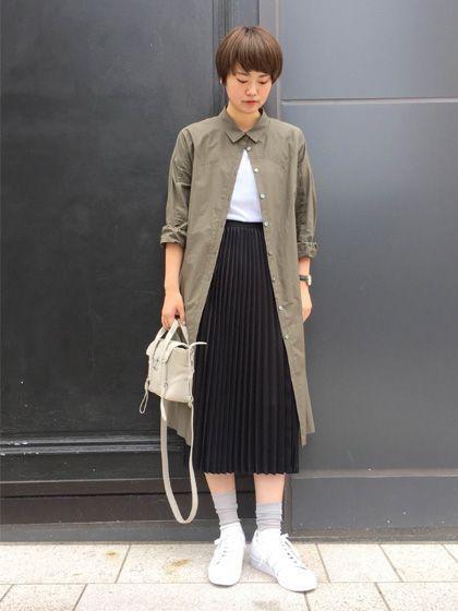 ロングシャツとしても使えるワンピース モードな雰囲気も出るプリーツスカートに、羽織でシャツを合わせています。 スカートにボリュームがあるので、一番上のボタンを閉めて上半身をスッキリ見せ、個性もアピール。 足元と白Tでクリーンなカジュアルにまとめています。