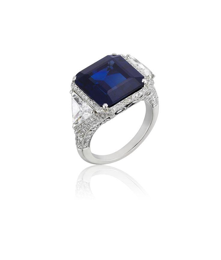 14.60 ct. Sapphire with 2 Triangle and Brillant Cut Diamonds Manufactured in Platinum