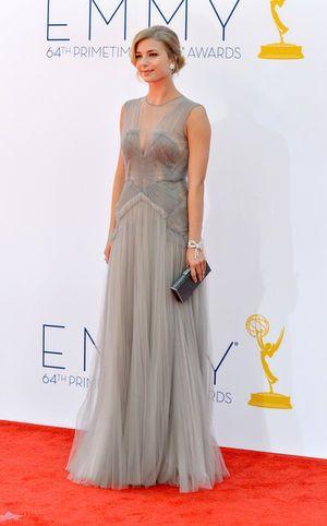 第64回エミー賞のレッドカーペットにて。シルバーのドレスがセクシー♡エミリー・ヴァンキャンプ
