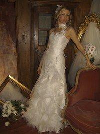 """Robe Elsa Gary - Mariage bio, écolo, éthique - Le modèle Liana d'Elsa Gary est issu du thème """"La Russie des Tsars"""". Au programme, des modèles blancs et épurés, mais toujours avec une pointe d'originalité. Cette robe, très romantique avec ses fleurs brodées..."""