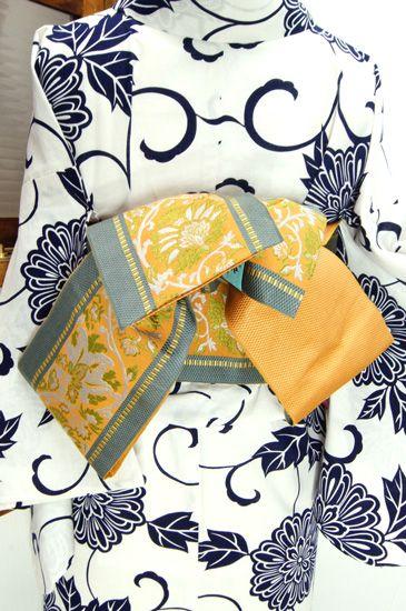 ほのかにオレンジをおびたイエローに、シトラスグリーンも心地よく織り出されたアラベスクパターンの半幅帯です。 #kimono
