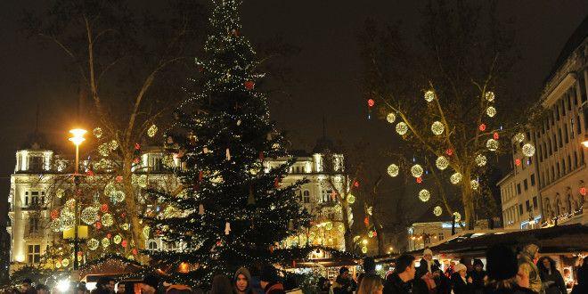 Budapest adventi hangulata   Forralt bor, puncs, kürtős kalács, mézes kalács, sült gesztenye, frissen készülő ételek – ízek és illatok, karácsonyi díszkivilágítás, gyertyák, karácsonyfák – színek és fények, melyek mind-mind segítenek kiszakadni a hétköznapi rohanásból és ráhangolódni az ünnepre. Ebben az időszakban minden kis -, nagy- és főváros ünnepi pompába öltözik az adventi vásárok elengedhetetlen kellékeivel és díszleteivel felvértezve.