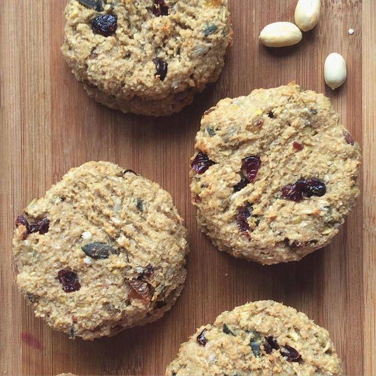 арахисовое печенье Ингредиенты на 10-11шт: 👉🏼арахис 150гр(либо готовая арахисовая паста) 👉🏼овсянка 150гр 👉🏼банан 50гр 👉🏼яблоко 1 шт 👉🏼сухофрукты, орехи по желанию и вкусу:) я добавила тыквенные семечки, подсолнечные семечки, сушенную клюкву, изюм- по 20гр