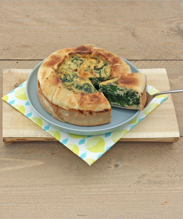 --- Spinazie-ricotta taart --- 15 min + 40 min oven 4 personen Recept 1. Verwarm de oven op 200 °C.  2. Laat de spinazie op middelhoog vuur slinken en druk in een zeef het vocht uit de spinazie.  3. Klop de eieren los met zout, peper en 1 el Italiaanse kruiden en klop de ricotta en gedroogde tomatenreepjes erdoor. 4. Bekleed de vorm met het bladerdeeg.  5. Schep het ricottamengsel erin en bak de taart in de 35-40 min gaar. Smakelijk eten!