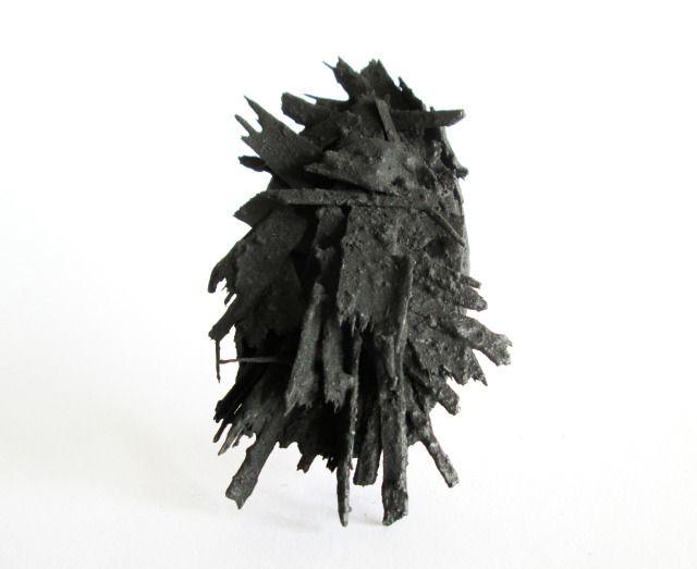 Serie: Portrets / Anatomía de los pensamientos / Jorge Manilla /  - Broche oval 4 - Broche. Madera, piel, plata, acero, acylhars.
