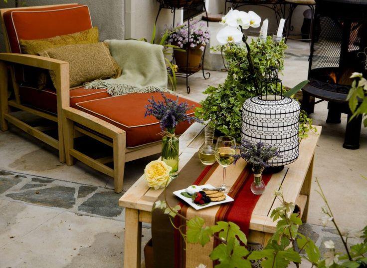 Właściciele tego zakątka ogrodowego postawili na beże i brązy, kolory rzadko używane do dekorowania salonów na wolnym powietrzu. A jednak: opłaciło się:)