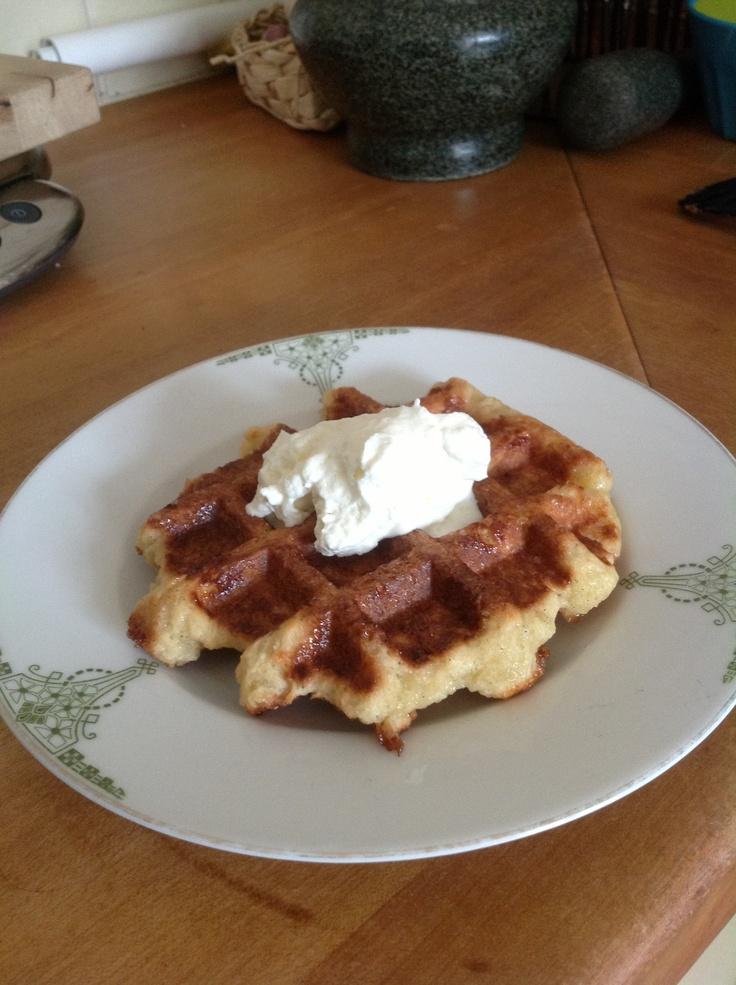 Recept: 1kg bloem, 600g parelsuiker, 500g roomboter, 3.5 dl melk, 100g verse gist, 20g zout, 4 eieren, 0.5 zakje vanillesuiker. Doe de bloem, melk, gist, eieren, zout en vanillesuiker in een mengkom en maak er deeg van. Laat het deeg nu 30minuten rusten. Werk al knedend de zachte boter in het deeg, daarna de parelsuiker. Verdeel de deeg in porties van 100g en laat ze dan 15 minuten rusten alvorens te gaan bakken. Het wafelijzer voorverwarmen, niet invetten! Bak circa 3 minuten per wafel.
