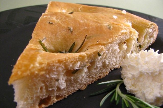 La focaccia barese è un piatto tipico non solo del capoluogo pugliese ma anche di altre città, come Taranto e Foggia. La ricetta può variare leggermente a seconda del luogo e del forno, ma noi vogliamo svelarvi gli antichi segreti.