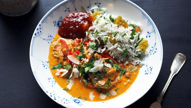 Korma er en relativt mild, kremete og smakfull indisk rett med nøtter og kokos. Indisk mat inneholder kanskje mange ingredienser og krydder, men det er superenkelt å lage denne indiske favoritten helt fra bunn av. Smaken blir en helt annen når du bruker ferske råvarer.  Lag gjerne en stor porsjon for denne retten blir bare bedre og bedre etter et par dager. Jeg har brukt kyllinglårfilet, en billigere, mørere og mer smakfull del av kyllingen. Du kan også bruke hele kyllinglår eller…