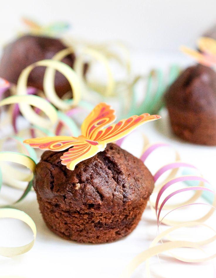 Diese Schoko Muffins sind herrlich saftig, fluffig, gehen schnell und mit geschmolzener Schoko extra lecker! Gut auch am Vortag vorzubereiten.