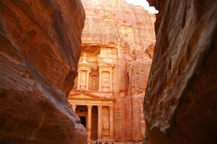 ヨルダン バラ色に輝く神秘の世界 ペトラ遺跡 -世界の不思議な観光名所