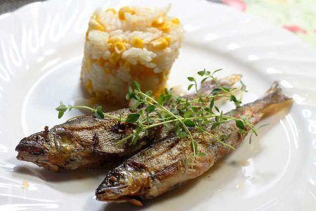 塩焼きが美味しい鮎ですが、コンフィにすると頭からしっぽまで食べられて、しかも1週間ぐらい日持ちします。オイルも使い勝手いろいろです!