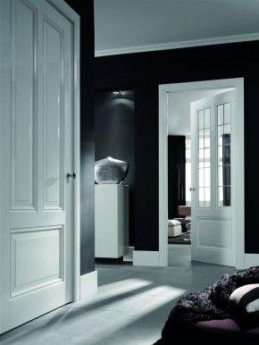 Witte deuren grijze wanden