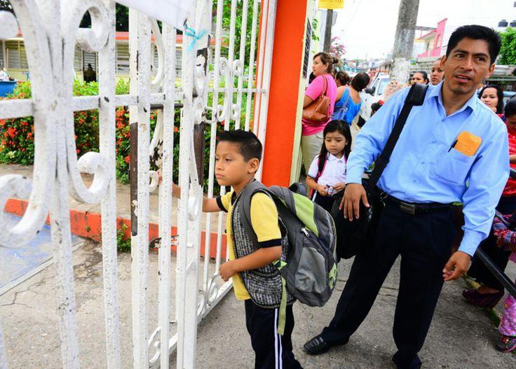 Alumnos tabasqueños llegan tarde a su primer día de clases por cambio de horario