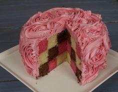 Epreuve créative de la semaine 3 de le Meilleur Pâtissier sur le thème des gâteaux moelleux - Découvrez la recette de mon gâteau damier tricolore vanille, chocolat, fraises et la technique du glaçage en forme de roses
