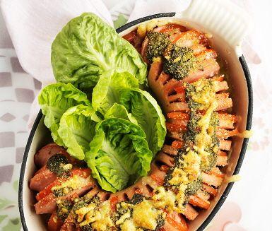 Ugnsbakad falukorv, en riktig klassiker i k�ket. I detta recept har vi adderat pesto och vips har vi en n�got modernare variant. Korven snittas innan tomaterna f�rdelas j�mt ut och peston breds �ver, toppa med ost och avsluta i ugnen. Busenkelt! Servera med fluffigt mos och krispig sallad.