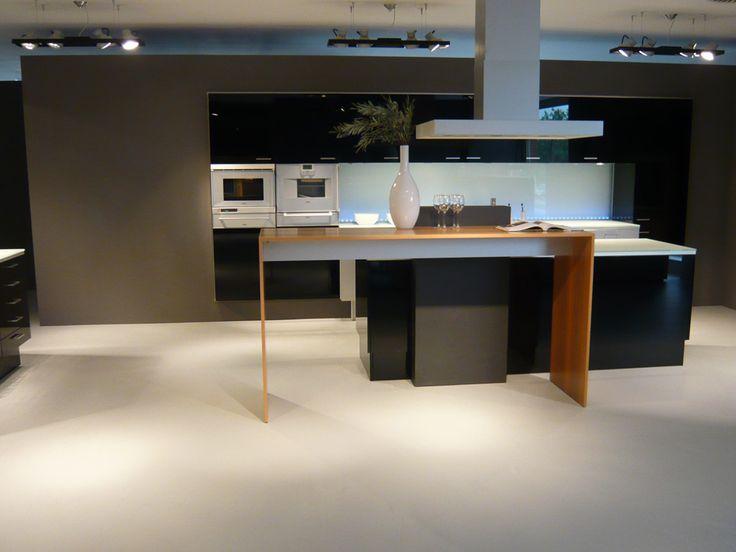 Prachtige strakke keuken met accent van houten barblad komt hier ...