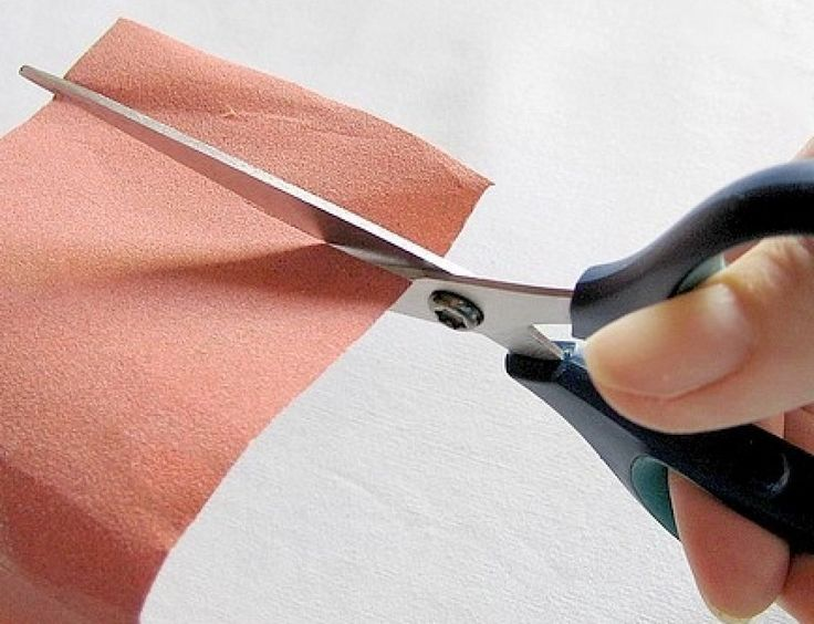 Si nuestra tijera no corta bien, debemos cortar varias láminas de papel lija. Cualquier grosor es válido, simplemente realizando varios cortes conseguiremos que la tijera corte por sí misma, la propiedad de la lija lo conseguirá.