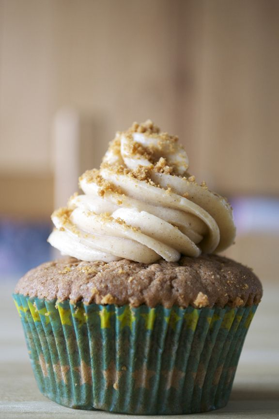 Speculaas cupcakes met vanille speculaas topping | Candy-Addict.org