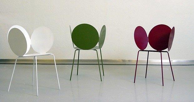Blomsterstol Stolen Mint av Petter Skogstad er inspirert av et inntrykk designeren fikk på kafe: Alle de fargerike stolen som stod ute i solen, fikk plassen til å minne om et blomsterbed. Nå har han utstyrt stolen sin med kronblader, og resultatet er et enkelt møbel som ser ut som det strekker seg mot solen.