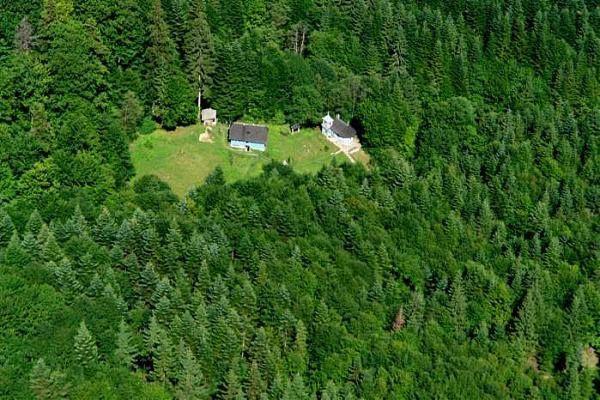 Schitul Icoana Veche se afla in localitatea Vanatori-Neamt, judetul Neamt.  Schitul Icoana Veche se afla in partea de miaza-noapte a Manastirii Neamt, la aproximativ 6 kilometri spre vest, pe malul raului Nemtisor, intr-o padure deasa.
