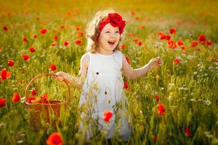 Веселая девочка среди маков