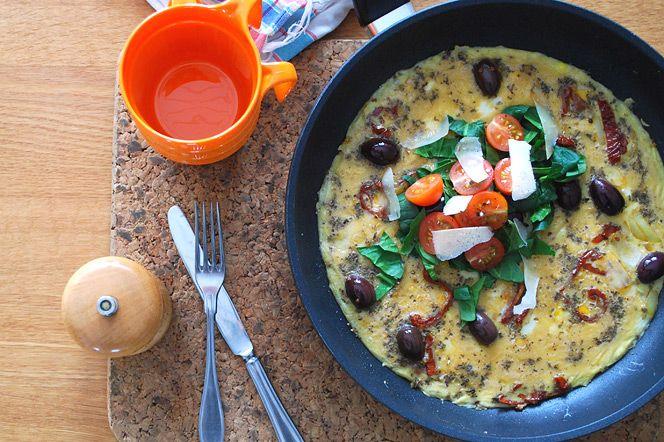 Medelhavsomelett | Kung Markatta - kungen av ekologiskt Omelett är riktig snabbmat som man lätt fixar ihop om man har sisådär 10-15 minuter att tillgå. Finns det ägg i kylskåpet så är det inga problem. Denna omelett med medelhavsinfluenser är härligt smakrik och passar bra att servera med en enkel grönsallad.