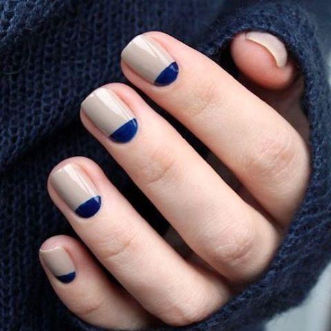 Olha que linda essa inspiração do Pinterest: meia lua azul e nude  #ladynailsinspira