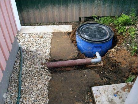 Подключенная труба канализации к бочке
