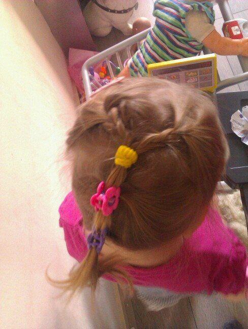 2 vlechtjes, middenstaartje, onderstaart met wat speldjes kinder haar / child ha… – Haar / kapsel creaties bij dochterlief